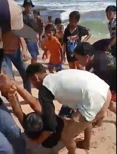 proses evakuasi korban yang terseret ombak di pantai santolo garut
