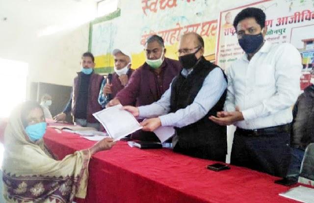 समूहों को दी गयी सामुदायिक शौचालयों के रख-रखाव की जिम्मेदारी