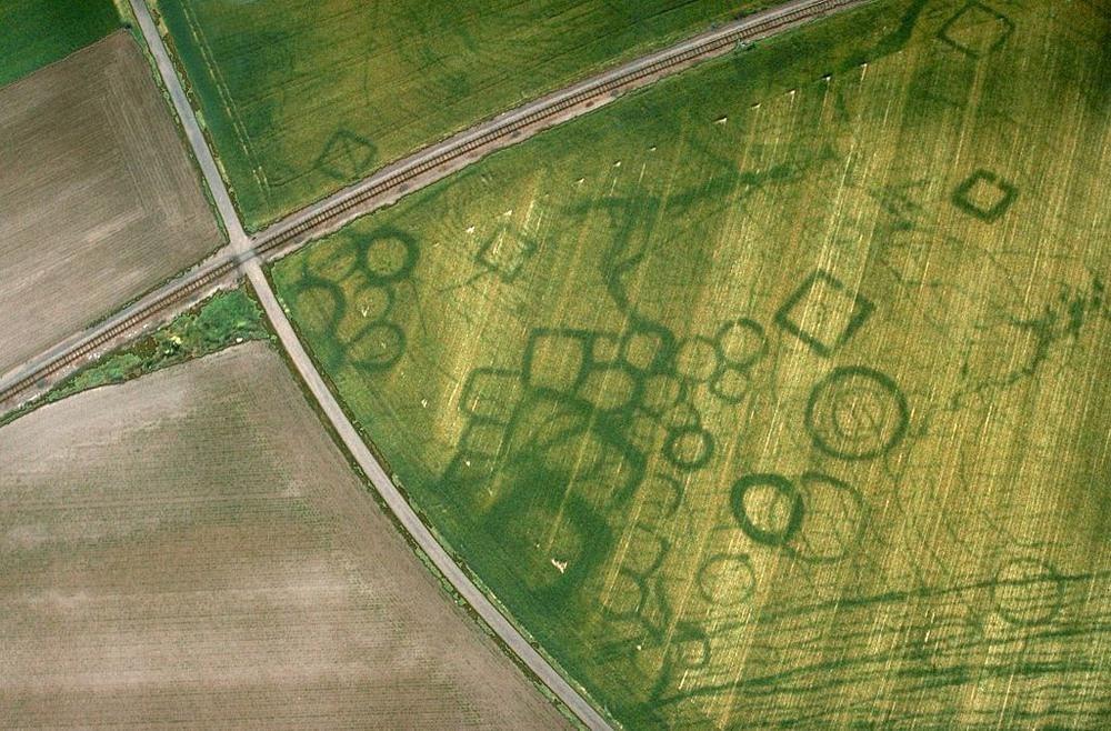 cropmarks-bagaimana-cuaca-kering-dapat-mengungkapkan-situs-arkeologi-tersembunyi
