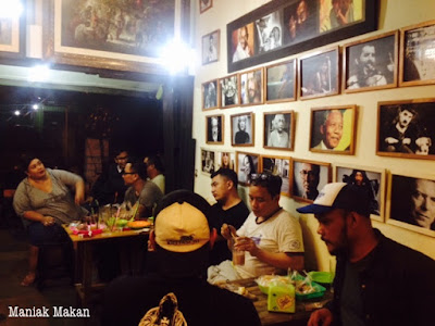 maniak-makan-interior-and-customer-crowd-gulo-jowo-solo