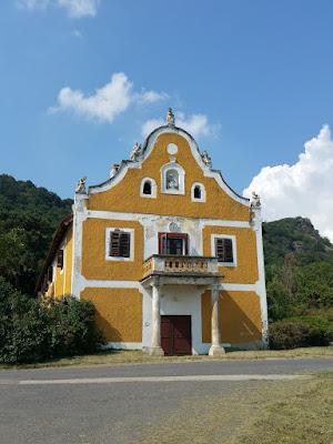 das alte Weinhaus mit der Weinpresse