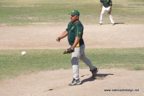 Candelario García lanzando por Amigos en el softbol del Club Sertoma