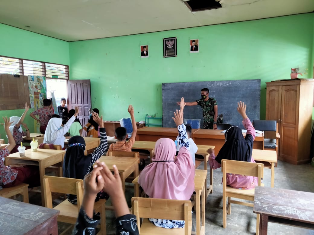 Prajurit Satgas TMMD Ajari Siswa Pelajaran Pendidikan Agama Islam