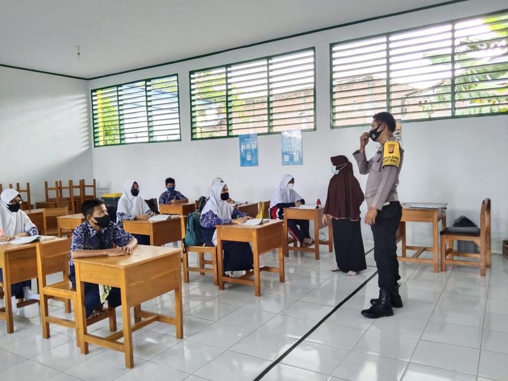 Bhabinkamtibmas Polsek Marioriawa Polres Soppeng Giat Koordinasi Bersama Kepala Sekolah dan Guru