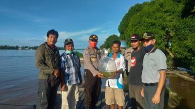 Kasat Binmas dan DKP3 Sekadau Serahkan Bibit Ikan di Kampung Tangguh Desa Tanjung