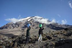 Porteur d'eau en direction du camp Barafu 4600m.