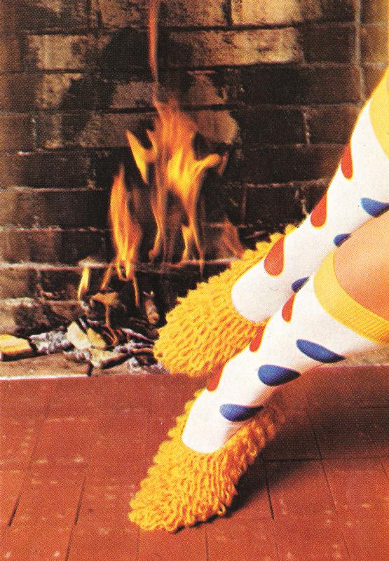 Tricot vintage : Les chaussons jaunes - Pour vous Madame, pour vous Monsieur, des publicités, illustrations et rédactionnels choisis avec amour dans des publications des années 50, 60 et 70. Popcards Factory vous offre des divertissements de qualité. Vous pouvez également nous retrouver sur www.popcards.fr et www.filmfix.fr