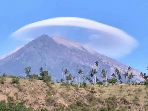 Fenomena Awan Unik Altocumulus Lenticularis Diatas Gunung Agung Bali