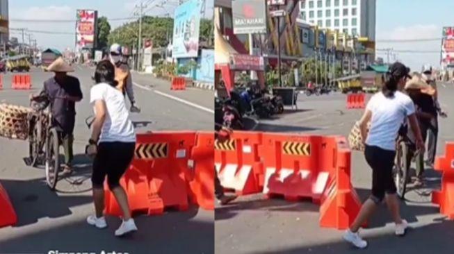 Jalan Ditutup Dampak Penyekatan, Perlakuan Wanita ke Bapak Pengayuh Sepeda Jadi Sorotan