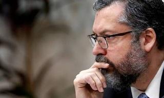 Ernesto Araújo  bate-boca com senadores petistas