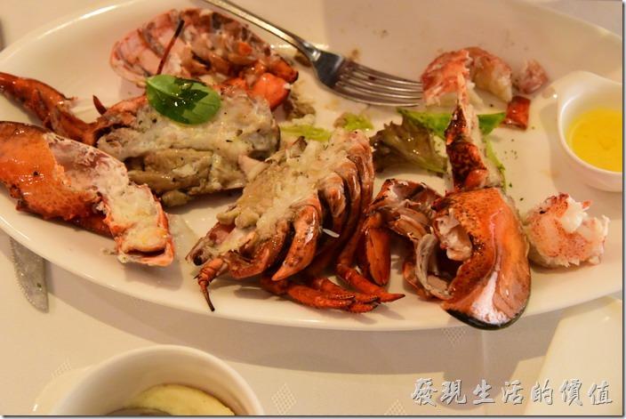 台南-轉角餐廳龍蝦餐廳。這龍蝦真的很大一隻,吃起來非常滿足,老實說肉質非常的結實,有些地方的肉還不好剃下來,到最後還是得用手抓,還請服務生來幫忙。