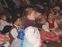 09 - A gyerekek népviseletben figyelték az aktuális fellépőket.JPG