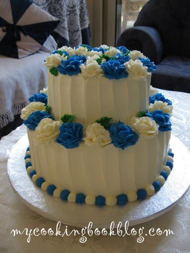 Сватбена торта с бели и сини рози