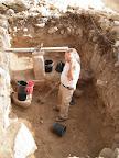 סוף החפירה - איסוף ערימות עפר אחרונות בהן נמצא המטבע