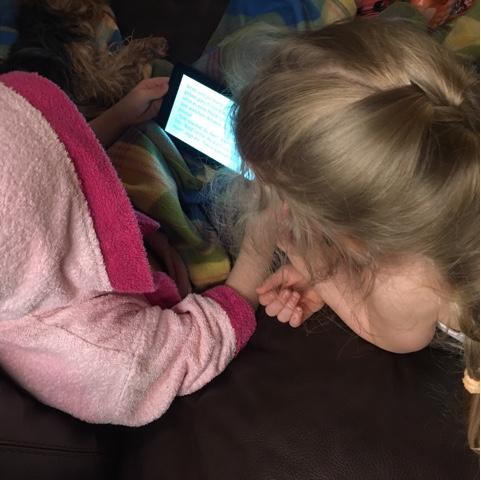 Kinder lesen auf dem Tablet