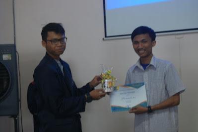 Pemberian sertifikat dan Cinderamata dalam Seminar