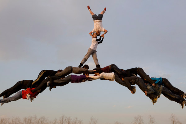 Gravity Defying,Gravity Defying photos,Gravity Defying photography,photography,Lei Wing,Non Photoshopped photos,Gravity Defying photos by Lei Wing,Li Wei, Li Wei's Best Non-Photoshopped Shots 2011, performance art, photo