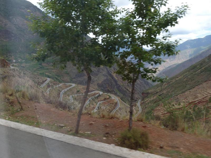 Au départ on a descendu cette route en lacet puis on l a remonté Retour  du lac Lugu à Lijiang