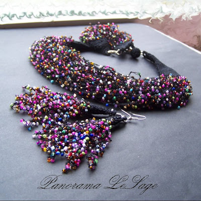 Rosa Naszyjnik szydełkowy z koralikami drobnymi multi kolor Biżuteria szydełkowa Panorama LeSage Anna Grabowska koraliki szydełko small glass beads crochet necklace handicraft