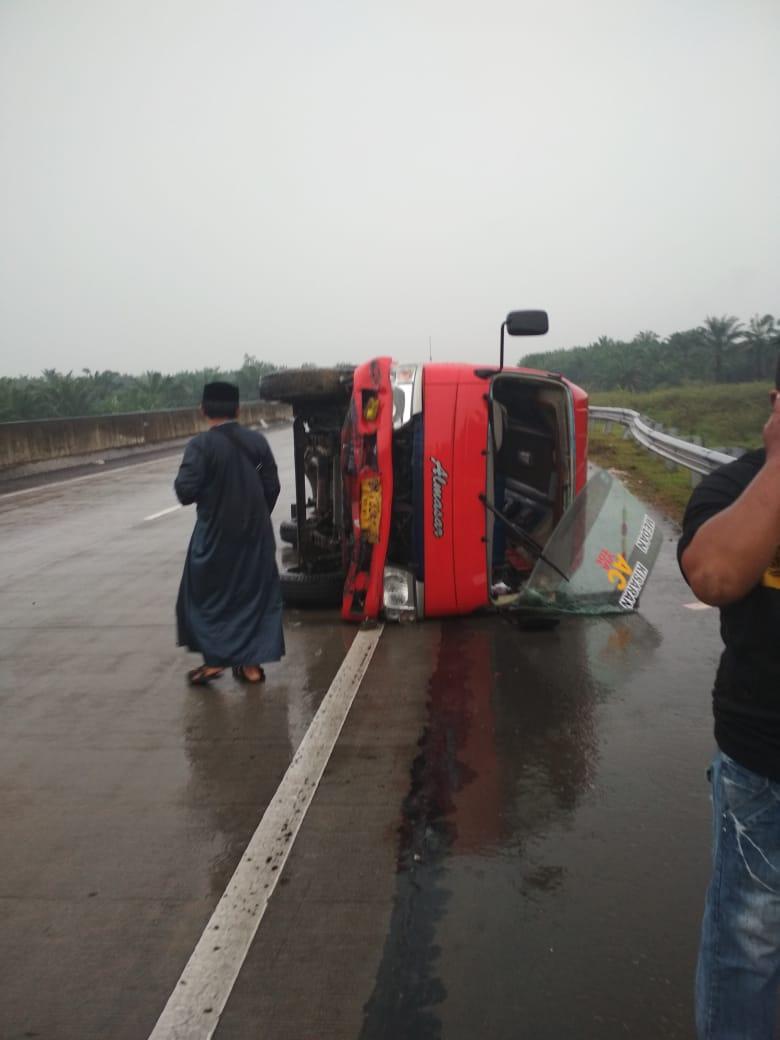 Tabrak Pembatas Jalan Tol, Bus Almasar Terguling di KM 74