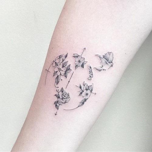 este_delicado_de_flores_e_de_aves_de_tatuagem_para_as_mulheres