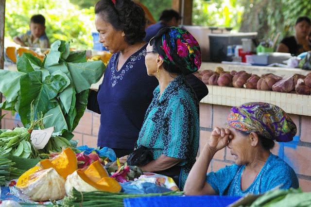 Femmes Hmongs au marché de Cacao (Guyane). 27 novembre 2011. Photo : J.-M. Gayman