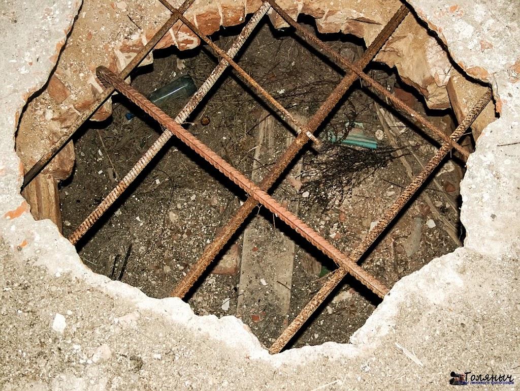 Церковь Рождества Пресвятой Богородицы в Жеремино, дыры в полу - наверное, клад искали