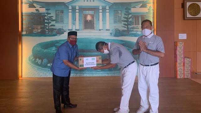 Foto: Sekretaris PWNU Sumbar, Suleman Tanjung bersama Irwan Yayasan Buddha Tzu Chi Indonesia saat penyerahan bantuan secara simbolis.