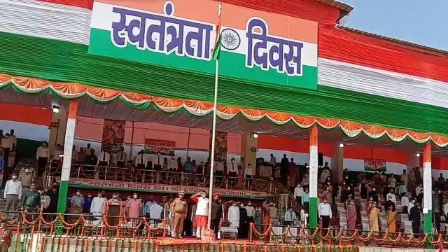 Independence Day 2021: सीएम धामी ने ध्वजारोहण कर कहा- विकास ही सरकार की प्राथमिकता
