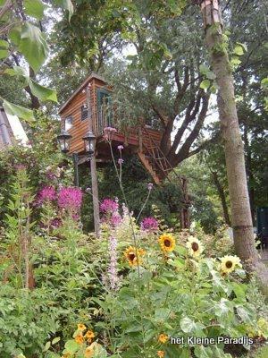 """""""Het kleine Paradijs"""" boomhut in bloeiende tuin"""