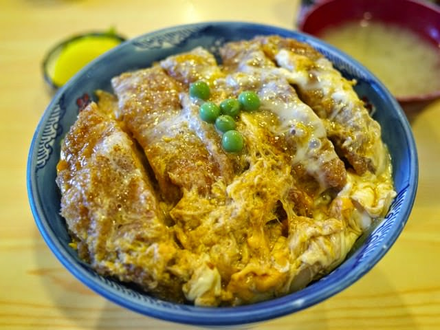 でかい丼に盛られた、角平のカツ丼。シジミの味噌汁と漬け物セット