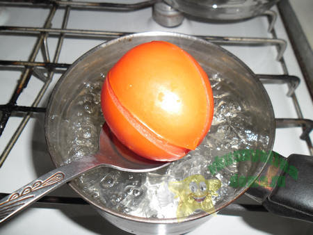 Через пол минуты извлекаем помидоры из кипятка