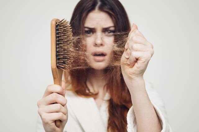 هل يمكن أن يتسبب علاج الشعر بالسيستين في تساقط الشعر؟
