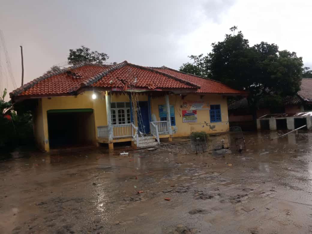 Hujan es Disertai Angin Kencang Rusak Rumah dan Perkantoran di Kecamatan Baradatu