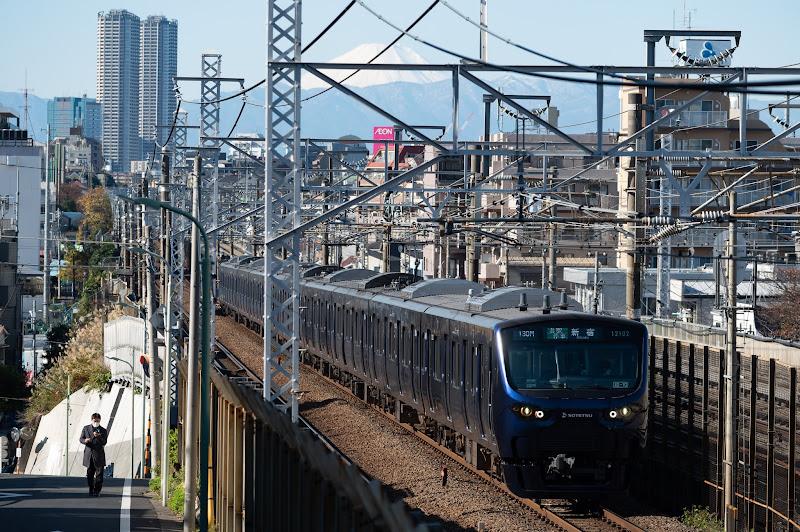 191130 タワーマンションと富士山を背に新宿に向かう相鉄12000系