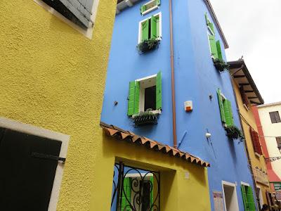 Høye, smale hus i ulike farger.