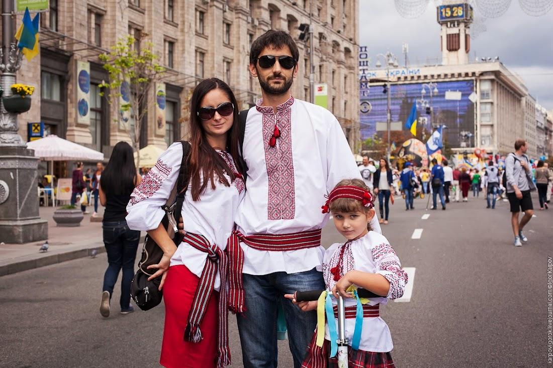 Украинцы в вышиванках на День независимости в Киеве