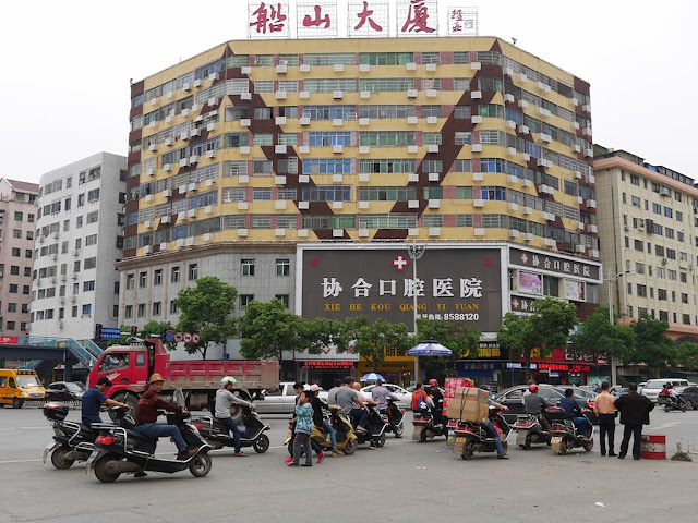 motorbikes waiting at the intersection of Chuanshan Avenue and Zhengyang North Road in Hengyang