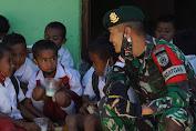 Peringati HUT TNI ke-76 Satgas Yonarmed 6/3 Kostrad Bagikan ATK dan Alat Olahraga di Sekolah Perbatasan