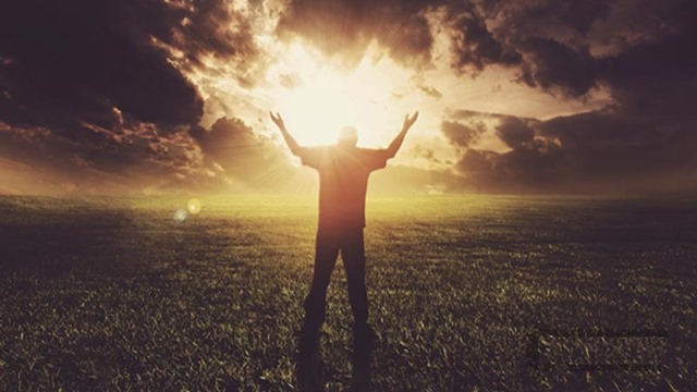hombre-adorando-en-intimidad-a-dios (1)