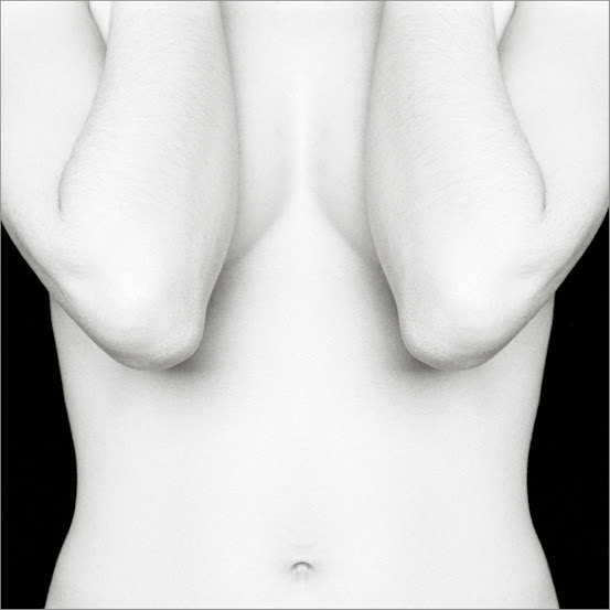 Black and White là tiêu đề bộ ảnh nude đen trắng của nhiếp ảnh gia E.Marrian