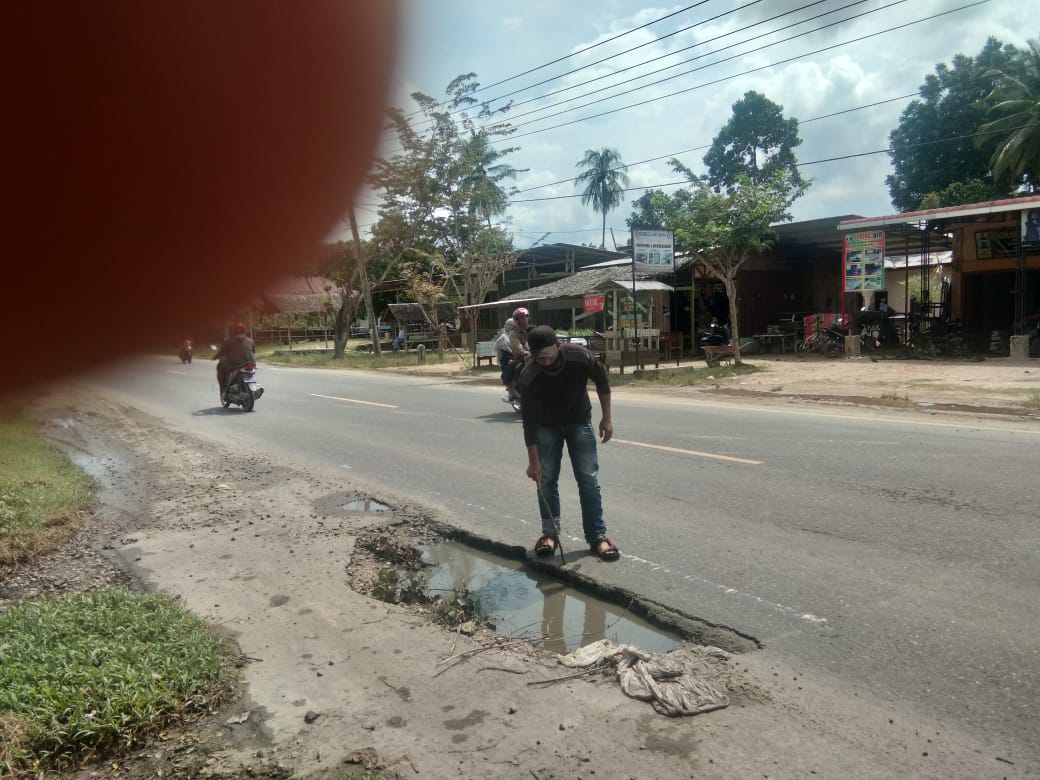 Warga Keluhkan Jalan Lobang Penghatar Maut Menanti Di Jalan Lintas Banda Aceh Medan