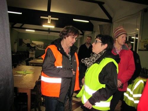Rita en Christel bespreken de laatste nieuwtjes van Gooik.