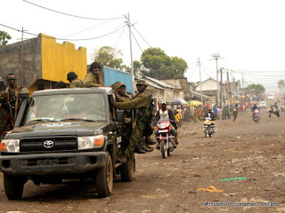 Des soldats des Forces armées de la RDC revenant de leurs positions de Munigi (10 km de Goma) où ils affrontent le M23, dimanche 18 novembre 2012.