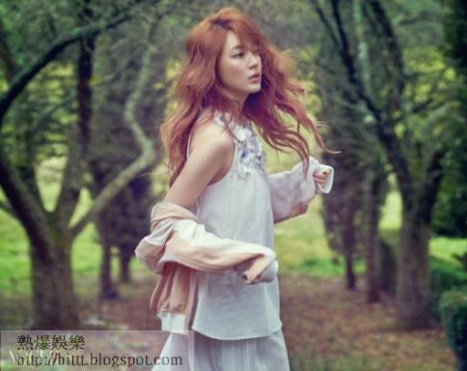 近日,尹恩惠為雜誌《VOGUE》拍攝了一組時尚寫真,化身春之女神,演繹夢幻清純之美。
