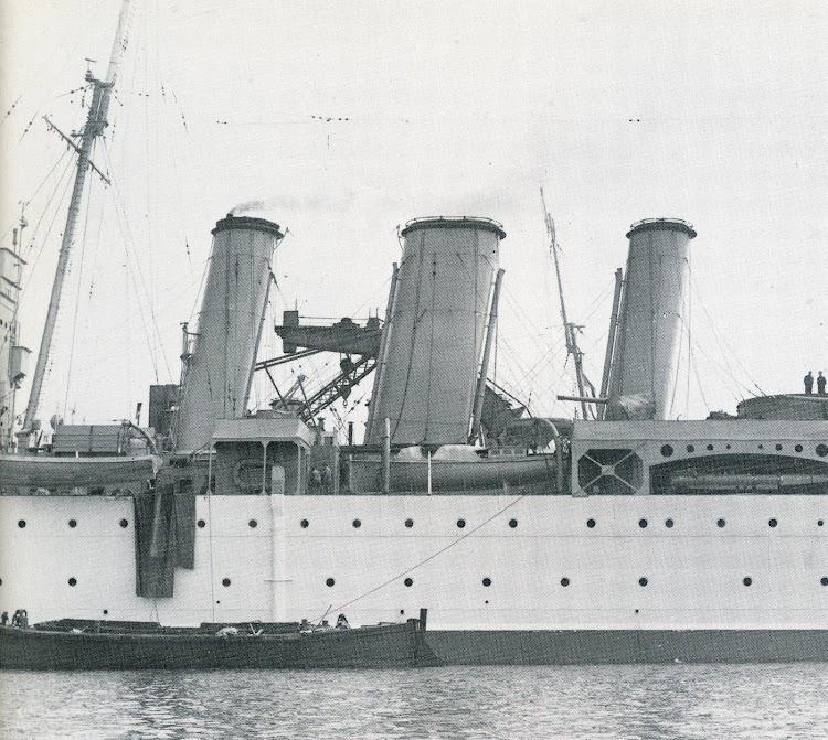 Detalle del conjunto, bellísimo, de las tres chimeneas del HMS BERWICK. Foto tomada en Devonport en 1930. Del libro County Class Cruiser, perteneciente a la serie Man O´ War. Vol 1.JPG