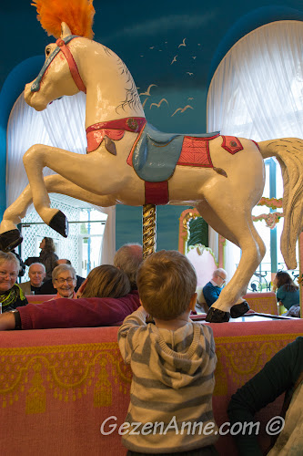 oğlum La Rotonde Brasserie'nin atlı karıncalı atları ile oynarken, Le Negresco Otel Nis