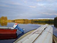 På väg med båten och gäststuga till holmen
