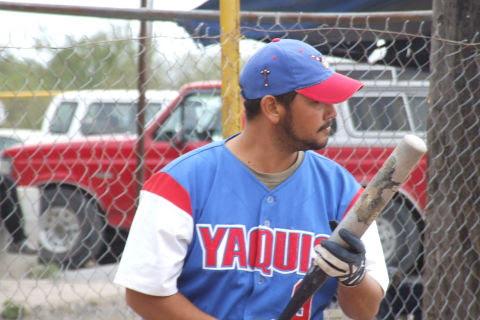 Rafael Jasso de Cerveceros en el softbol del Club Sertoma