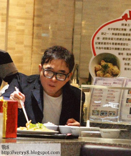之後,呂方再到太古城美食廣場叫雞食,雖然一口氣要食兩個雞飯,但呂方依然食得好滋味!